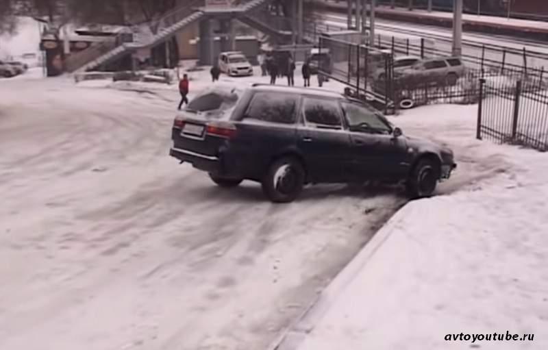 Спуск с ледяной горы на автомобиле - опасности и как их избежать