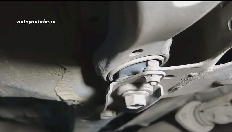 Проверяем целостность резиновых уплотнителей сайлентблоков передней подвески