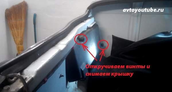 Откручиваем винты и снимаем крышку заднего фонаря ваз 2107 для замены ламп