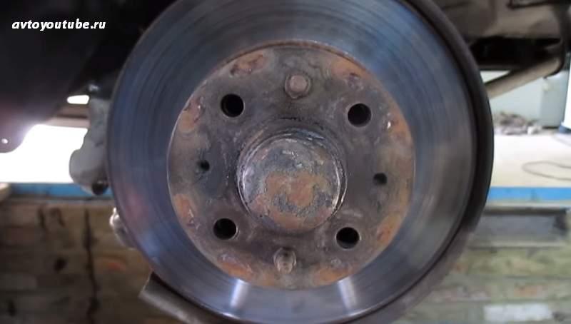 Демонтируем тормозной суппорт чтобы получить доступ к подшипнику ступицы