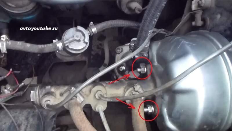гайки крепления вакуумного усилителя к главному тормозному цилиндру ВАЗ 2106-07