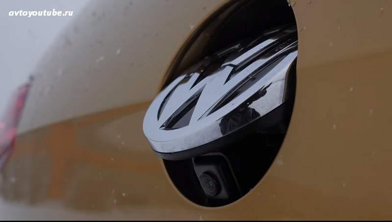 Камера заднего вида спрятана за значком Volkswagen в новом Гольфе