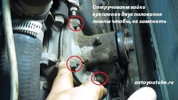 Для замены помпы на ВАЗ 2107, откручиваем четыре гайки крепления двух половинок помпы