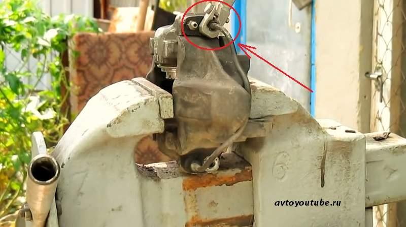 Откручиваем гайку крепления тормозной трубки от цилиндра ВАЗ 2107