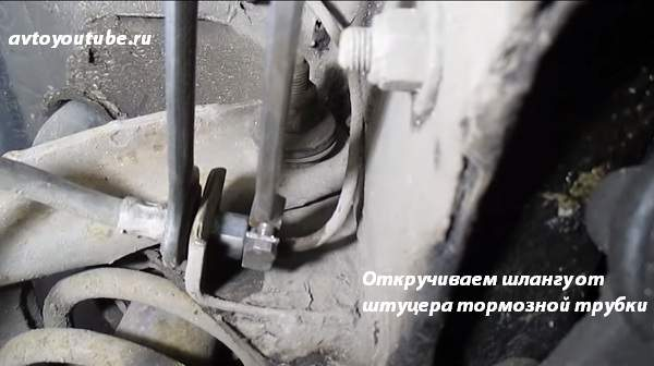 Для замены старой передней тормозной шланги откручиваем ключами штуцер ее от тормозной трубки ВАЗ 2107
