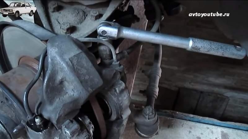 Откручиваем шланг от тормозного суппорта ВАЗ 2107