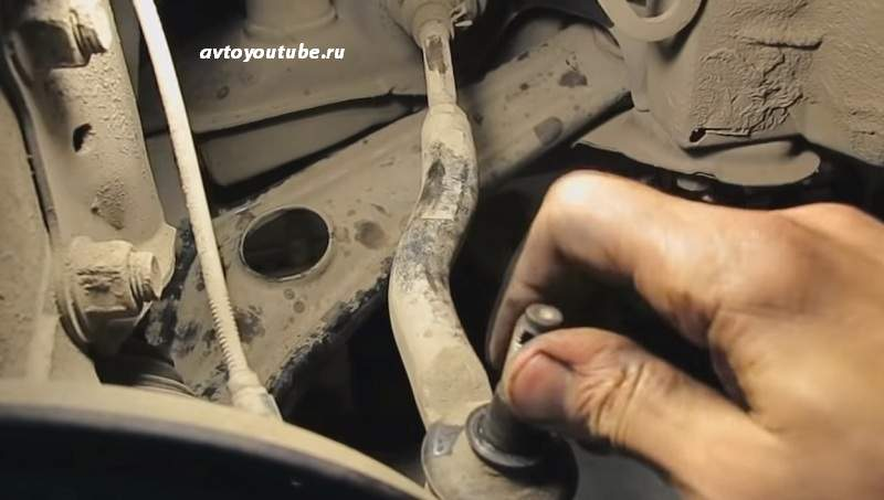 Проверяем элементы ходовой – выпрессовываем шаровую опору рулевого наконечника