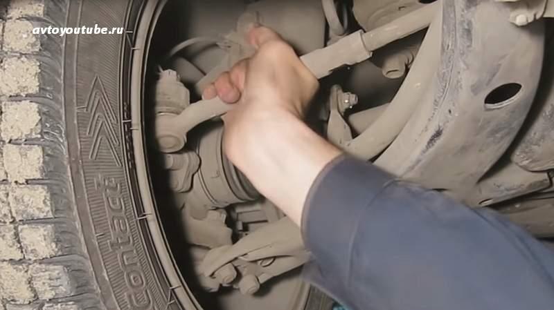 При проверке ходовой можно попробовать провернуть рулевой наконечник рукой
