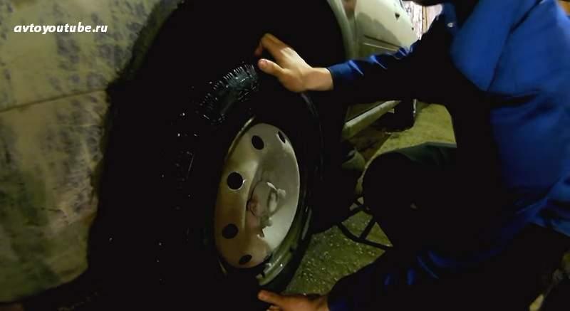 проверка ступичного подшипника раскачиванием колеса