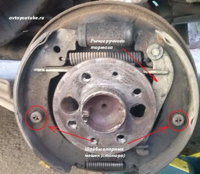 Снимаем шайбы опорных чашек (стопоров) задних тормозных колодок ВАЗ 2101-07