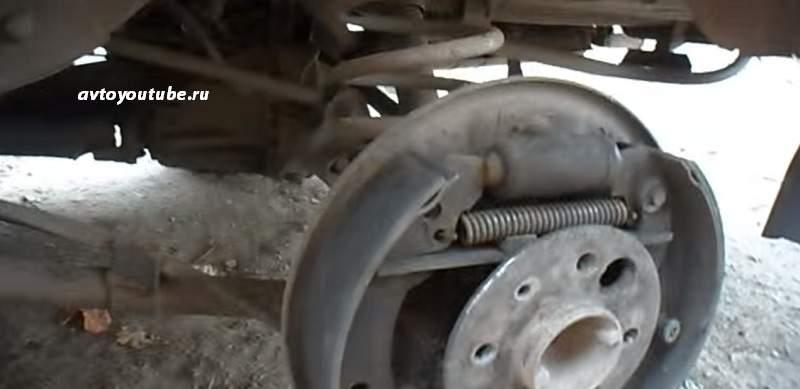 Устанавливаем стяжную верхнюю пружину после замены задних тормозных колодок ВАЗ 2107