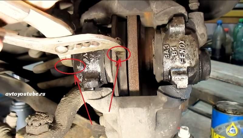 Утапливаем тормозные цилиндры для снятия колодок на ВАЗ 2106