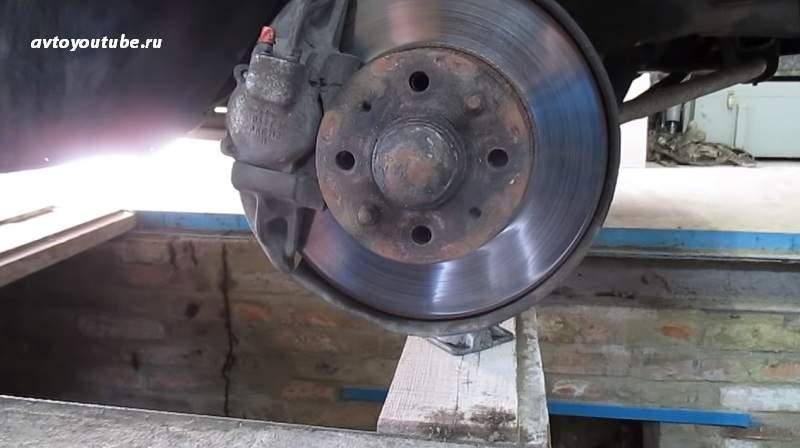 вывешиваем и снимаем колесо чтобы получить доступ к передней ступице