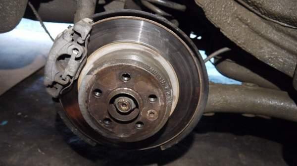 Вывешиваем ступицу колеса для замены тормозного цилиндра на классике