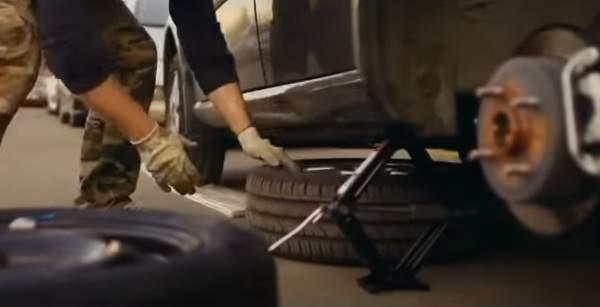 Ложем под порог автомобиля запасное колесо – страховка от срыва машины с домкрата при замене колеса