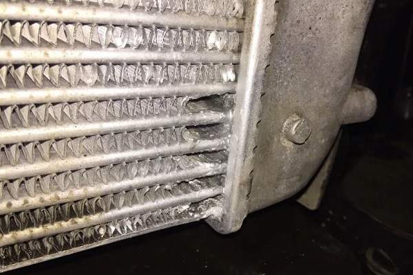 Механические повреждения автомобильного интеркулера – основная неисправность
